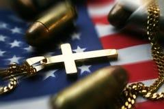 Amerikanska flaggan med guldkorset, högkvalitativa amerikanska flaggan & kulor Royaltyfria Bilder