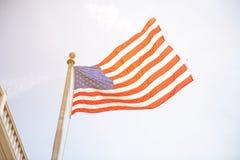 Amerikanska flaggan med himlen är full av moln i den regniga säsongen Royaltyfria Bilder