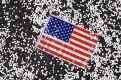 Amerikanska flaggan med konfettiar Arkivbild