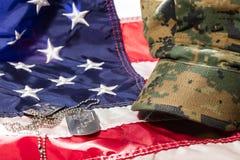 Amerikanska flaggan med militära räknings- och hundetiketter Arkivbilder