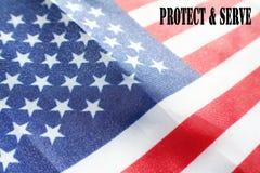 Amerikanska flaggan med skyddar & tjänar som högkvalitativt Fotografering för Bildbyråer