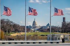 Amerikanska flaggan med USA-Kapitolium på bakgrund - Washington, D C , USA Arkivfoton