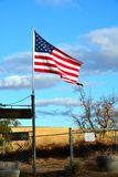 Amerikanska flaggan mot den guld- fält- och briljanthimlen Arkivbild