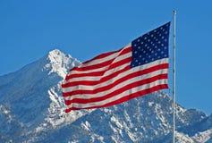 Amerikanska flaggan mot det snöig Utah berget Royaltyfri Bild
