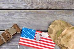Amerikanska flaggan, nylonrem, hundetiketter och militärt lock Royaltyfri Bild