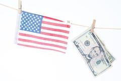 Amerikanska flaggan och dollar som hänger på ett rep, en Memorial Day eller en 4t Royaltyfri Fotografi