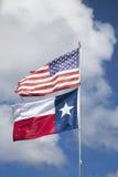 Amerikanska flaggan och flagga av Texas Arkivfoto