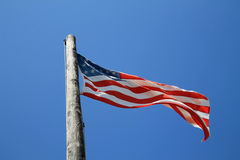 Amerikanska flaggan och gammal pol Royaltyfri Bild