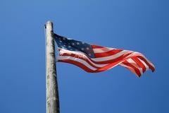 Amerikanska flaggan och gammal pol Fotografering för Bildbyråer