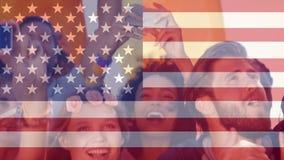 Amerikanska flaggan och gladlynt folkmassa arkivfilmer