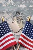 Amerikanska flaggan och hundetiketter Royaltyfria Foton
