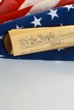 Amerikanska flaggan och konstitutionen Royaltyfri Bild