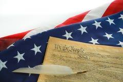 Amerikanska flaggan och konstitutionen Arkivfoto
