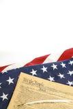 Amerikanska flaggan och konstitutionen Arkivbild