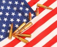 Amerikanska flaggan och kulor royaltyfri bild
