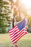 Amerikanska flaggan och kvinna (4th juli) Arkivfoto