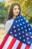 Amerikanska flaggan och kvinna (4th juli) Royaltyfri Foto