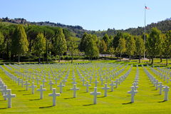 Amerikanska flaggan och WWII-kyrkogård, Italien Royaltyfri Bild