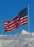 Amerikanska flaggan ovanför det snöig Utah berget Fotografering för Bildbyråer
