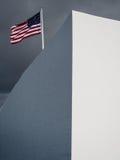 Amerikanska flaggan på Arizona den minnes- pärlemorfärg hamnen Arkivbilder