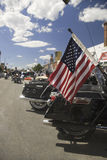 Amerikanska flaggan på baksidan av en motorcykel Fotografering för Bildbyråer