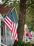 Amerikanska flaggan på byggnader i den gamla stadvåren TX Arkivfoton