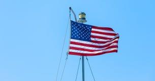 Amerikanska flaggan på den blåa himlen Arkivbilder
