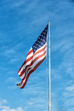 Amerikanska flaggan på den blåa himlen Royaltyfri Fotografi