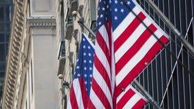 Amerikanska flaggan på en byggnad fotografering för bildbyråer