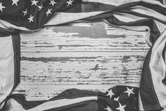 Amerikanska flaggan på en vit sliten träbakgrund med kopieringsutrymme royaltyfria foton