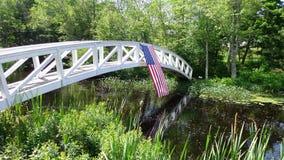 Amerikanska flaggan på footbirdge royaltyfri bild