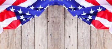 Amerikanska flaggan på gammal wood bakgrund för tillfogar den textMemorial Day nollan Arkivfoton