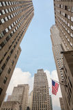 Amerikanska flaggan på gatorna av Manhattan Royaltyfri Bild