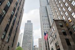 Amerikanska flaggan på gatorna av Manhattan Royaltyfri Fotografi