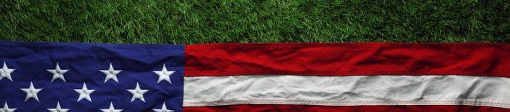 Amerikanska flaggan på gräs bakgrund för dag för för Memorial Day eller veteran` s Fotografering för Bildbyråer