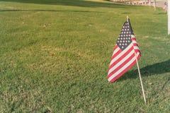 Amerikanska flaggan på gräsmattasjälvständighetsdagen för grönt gräs Arkivfoton
