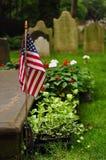 Amerikanska flaggan på grav Arkivbild