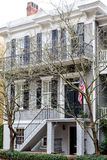 Amerikanska flaggan på Grey Siding Traditional Home Royaltyfria Bilder