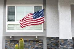 Amerikanska flaggan på hus Fotografering för Bildbyråer