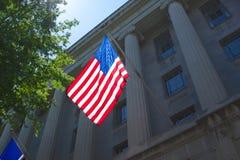 Amerikanska flaggan på justitiedepartementet Arkivbilder