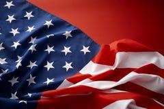 Amerikanska flaggan på röd bakgrund Royaltyfri Foto