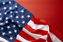 Amerikanska flaggan på röd bakgrund Arkivbild