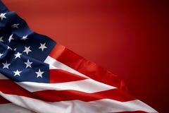 Amerikanska flaggan på röd bakgrund Royaltyfri Fotografi