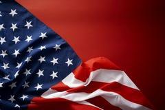 Amerikanska flaggan på röd bakgrund Arkivbilder