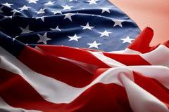 Amerikanska flaggan på röd bakgrund Fotografering för Bildbyråer