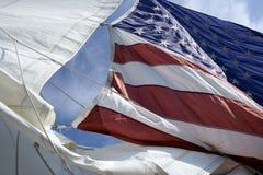 Amerikanska flaggan på segelbåten Royaltyfri Foto