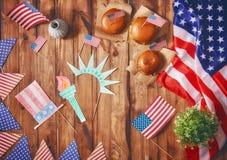 Amerikanska flaggan på tabellen Fotografering för Bildbyråer