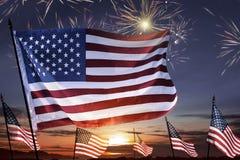 Amerikanska flaggan på vinkande fira för himmel 4th Juli Royaltyfria Bilder