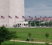 Amerikanska flaggan på Washington Monument är en obelisk som byggs för att fira minnet av George Washington Arkivfoton