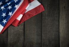 Amerikanska flaggan på wood bakgrund för Memorial Day eller 4th av Juli Royaltyfri Bild